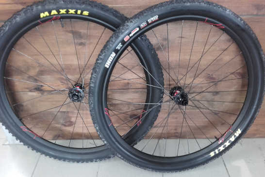 Roues VTT DT Swiss XR 361 Asymetric 29e, moyeux DT Swiss 240S Boost, rayons Sapim CX Ray