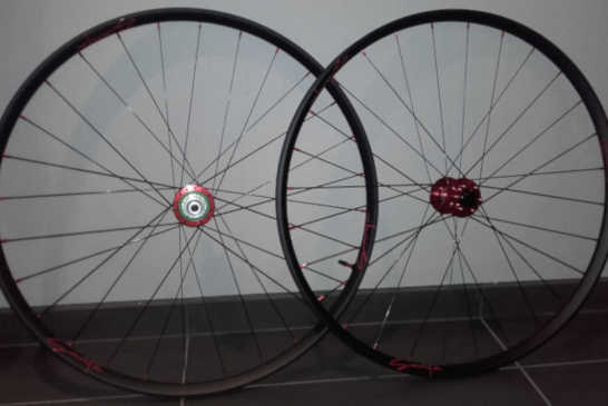 Roues DT Swiss XR 361, moyeux Hope Pro 4 Boost Red, rayons DT Revolution
