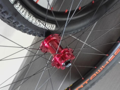 Roues VTT Carbon Asymetric, moyeux Tune King Kong rouge, rayons DT Revolution